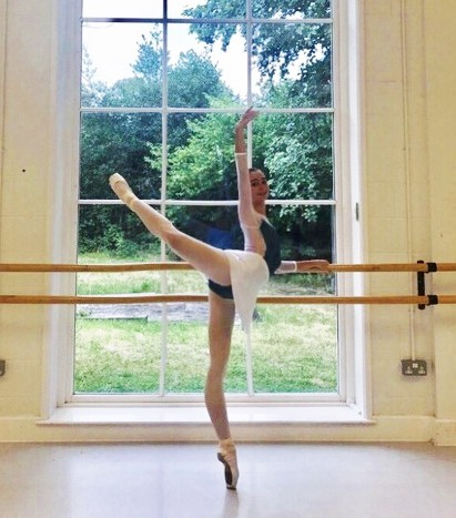 teen ballerina en pointe at the barr